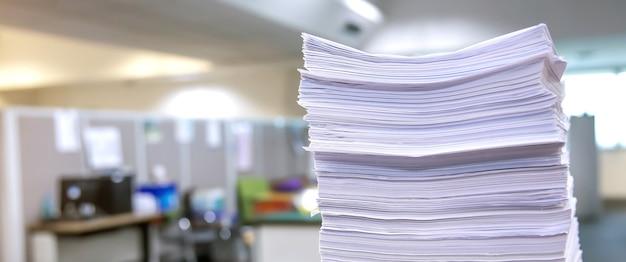 Сложенные стопки бумаги на офисном столе.