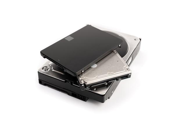 흰색 배경에 고립 된 다양한 컴퓨터 하드 디스크 드라이브 hdd 및 ssd의 더미