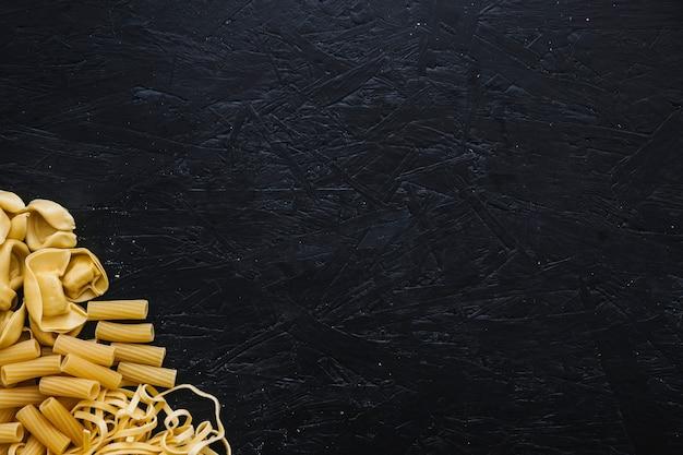 Куча разнообразных макаронных изделий