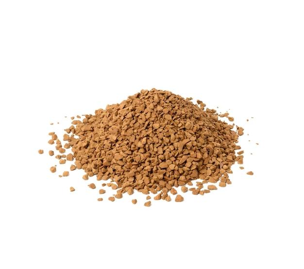 Куча черных кофейных гранул изолированы, крупным планом