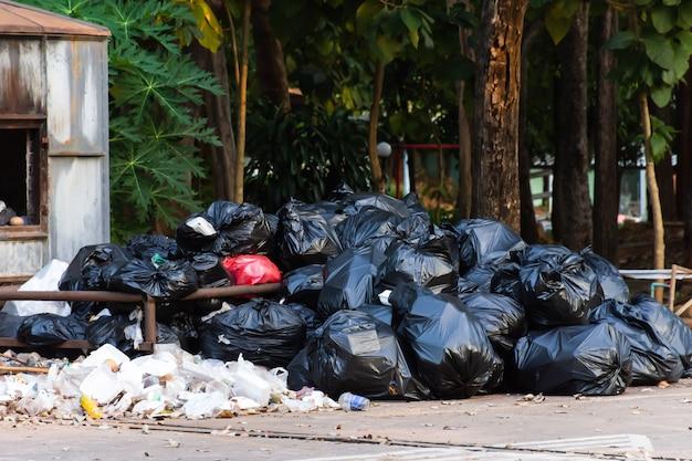 Куча черных пластиковых мешков для мусора.