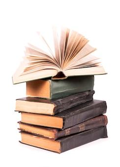 白い表面に分離された本の山