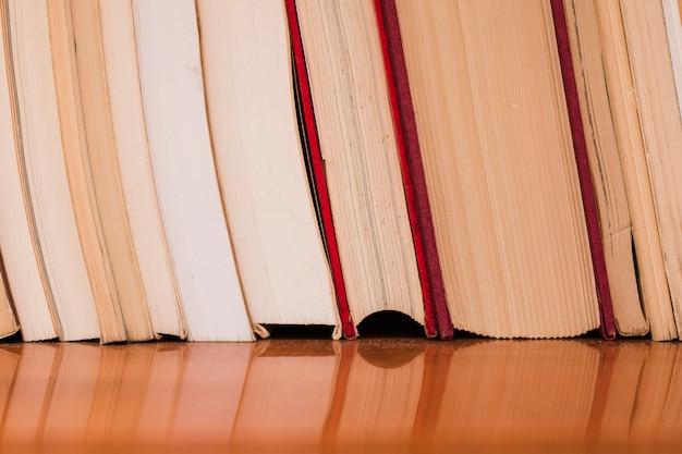 서점에서 책 더미