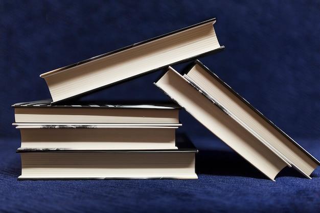 青い背景の本の山