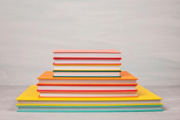 テーブルの上の本の山。余暇、読書、研究コンセプト