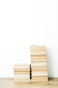 흰색 표면에 책 더미