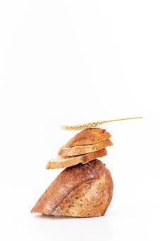 Куча ломтиков хлеба с зерном пшеницы и копией пространства