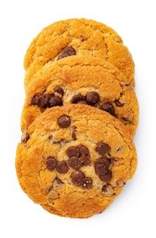 白で隔離のチョコレートチップクッキーの山