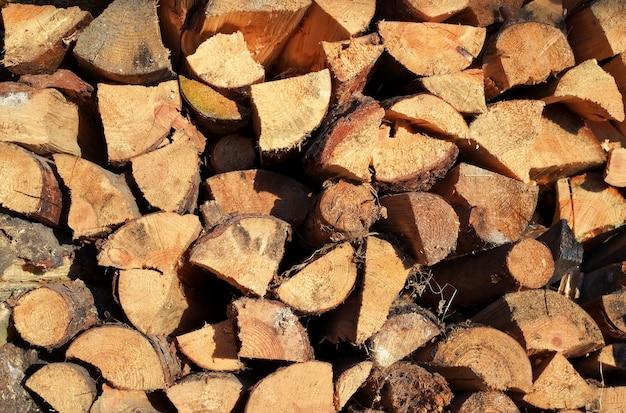 冬に向けて用意された薪のみじん切りの山。古い薪の山の背景