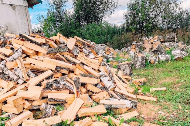 Куча нарезанных дров березовые напольные.