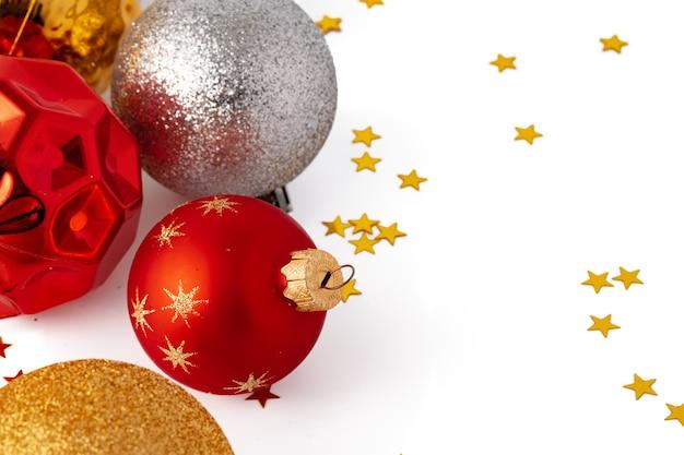 흰색 배경에 고립 된 크리스마스 싸구려의 더미