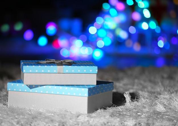 Куча рождественских подарочных коробок на полу, крупным планом