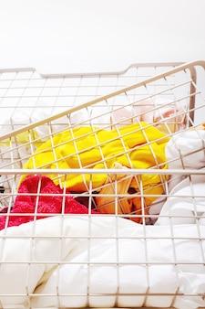 바구니에 깨끗하고 다채로운 세탁 더미