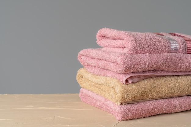 회색 벽에 깨끗한 새 수건 더미