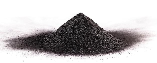 흰색 표면에 고립 된 석탄 먼지 더미