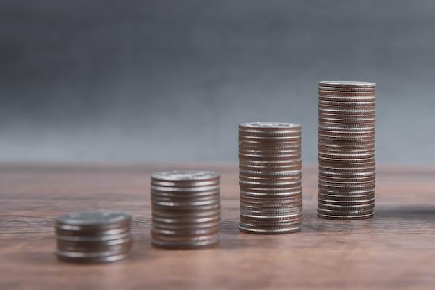 Куча монет сложена в виде графика для идей экономии денег.