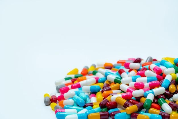 カラフルなカプセルの丸薬の山。製薬業界。