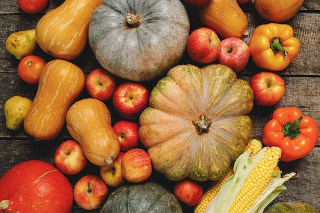 木製の背景にカラフルな果物や野菜の山