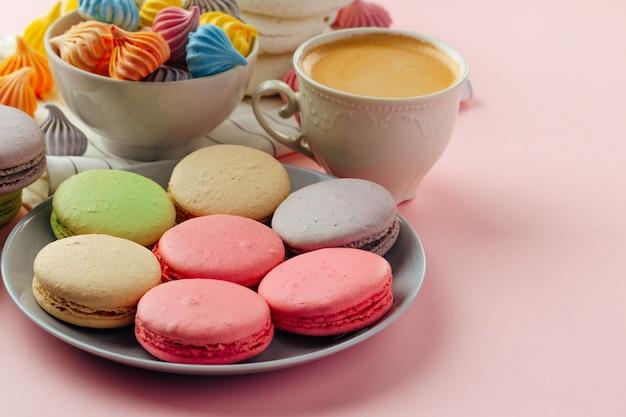 커피와 함께 다채로운 마카롱 쿠키 더미