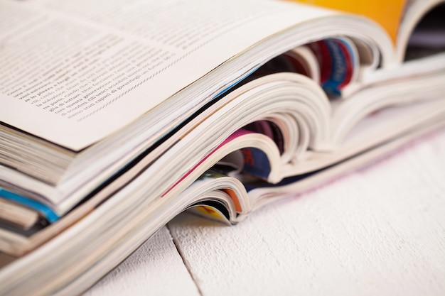 Куча красочных журналов на столе