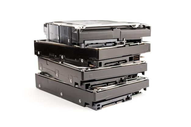 컴퓨터의 더미 하드 디스크 드라이브 hdd 흰색 배경에 고립입니다. 컴퓨터 하드웨어 데이터 저장