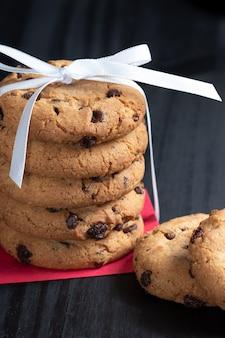 초콜릿 한 방울과 쿠키 더미를 닫습니다.