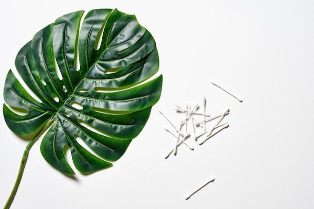 면봉과 열대 야자수 잎 더미
