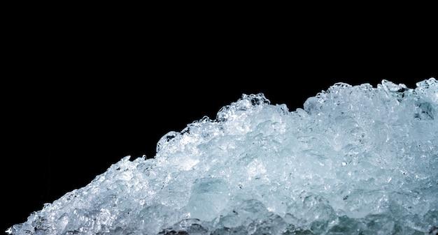 복사 공간와 어두운 배경에 짓 눌린 된 얼음 조각의 더미. 으깬 얼음 조각 음료에 대 한 전경입니다.