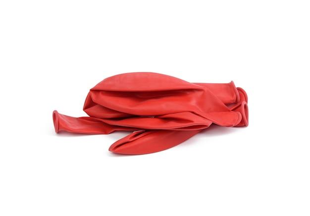 分離された、収縮したゴム製の赤いボールの山、クローズアップ