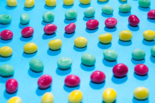 おいしいカラフルな咀嚼キャンディーの背景の山。カラフルなお菓子