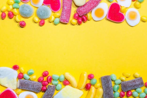 カラフルな咀嚼キャンディーの山が表面に。