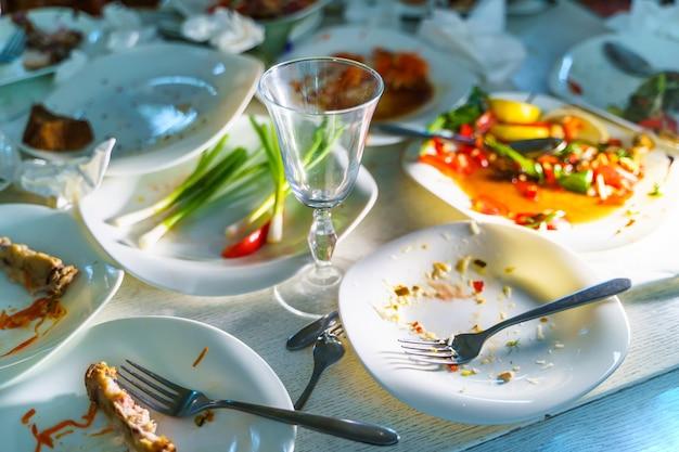 Куча грязной посуды и столовых приборов. обрезанное фото. крупным планом