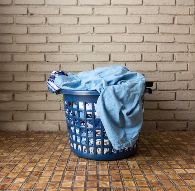 洗濯バスケットの汚れた洗濯物の山