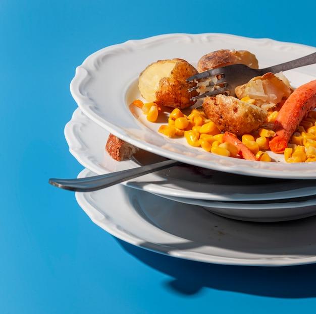 더러운 접시와 남은 음식 더미