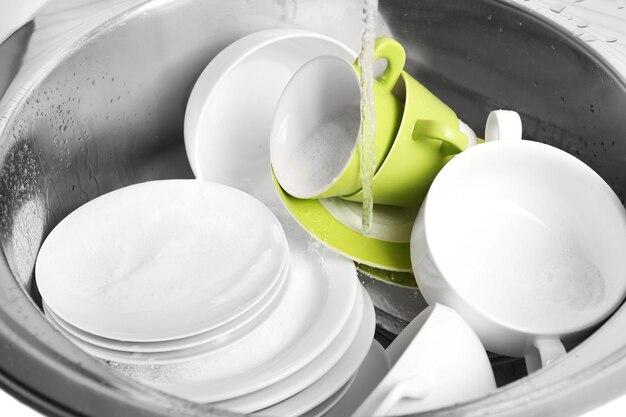 Куча посуды в раковине крупным планом