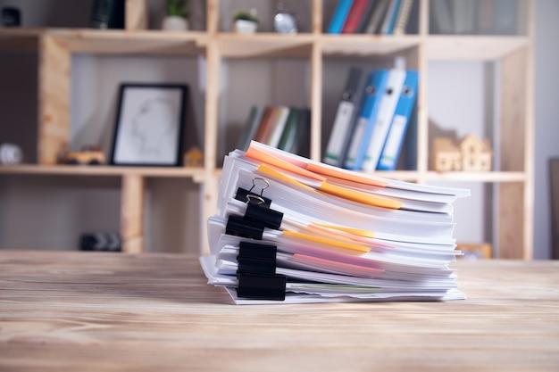 Куча документов на столе в офисе