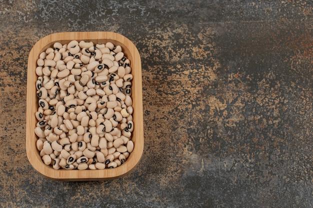 木の皿に乾いた白豆の山。
