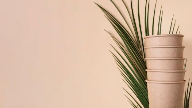 Куча экологически чистых чашек, вид спереди