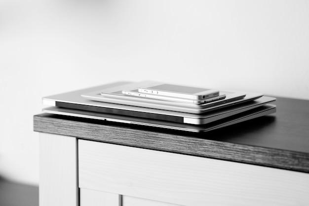 테이블에 전자 가제트 더미입니다. 통신 및 기술 개념