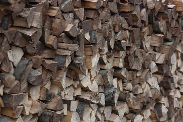 Куча дров заполняет весь каркас