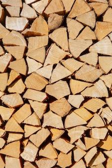 薪の山。冬の薪の準備。