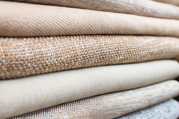 Куча сложенного красочного текстиля. куча суконной ткани