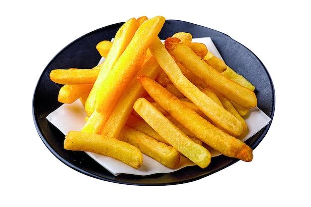 Куча картофеля на промокательной бумаге пищевого масла на черных пластинах, изолированных на белом фоне.