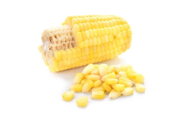 Куча свежих семян кукурузы на белом фоне