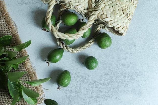 袋から新鮮なフェイジョアの果物の山。