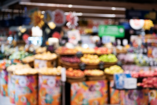 スーパーマーケットで新鮮な果物の山