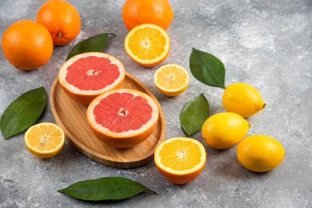 Куча свежих фруктов на серой поверхности.