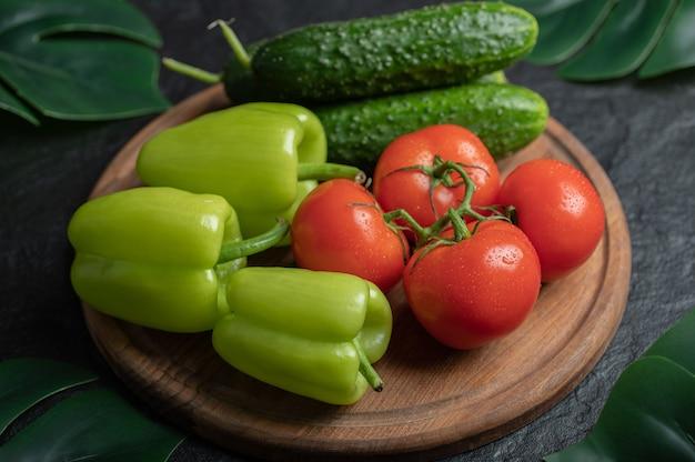 木の板に新鮮な有機野菜の山。 。