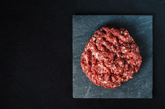 ブラックボードに新鮮な生ミンチ肉の山