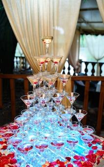 Куча стаканов с коктейлями.
